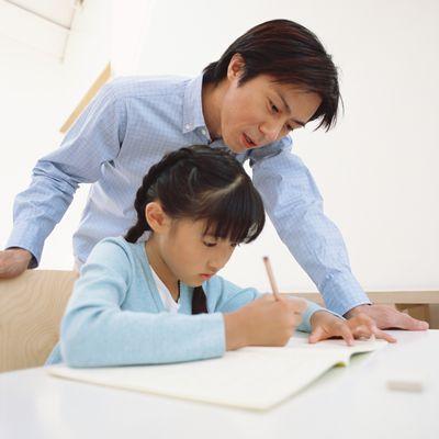 お父さんと勉強をする娘