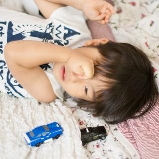 寝ようとしている自閉症児