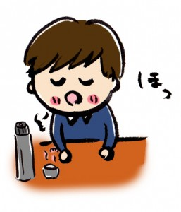 温かい飲み物を飲む小学生