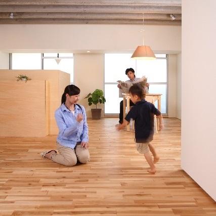 部屋で遊んでいる2才児