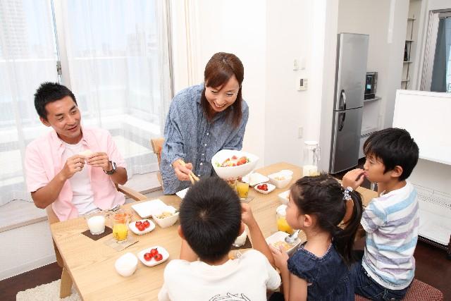 家族一覧で食事をする光景