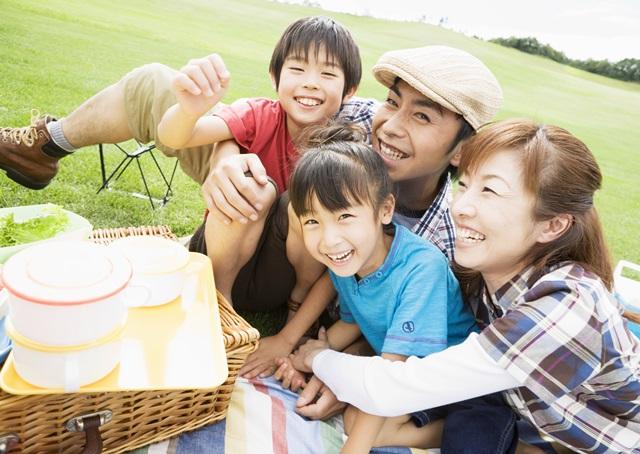 ピクニックで楽しむ家族