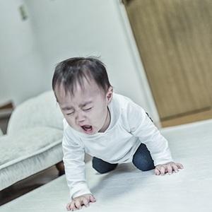 後追いで泣いている1歳児