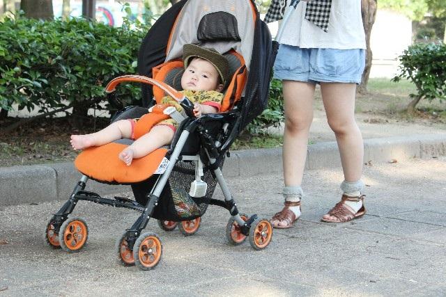 ベビーカーの赤ちゃんとお母さん