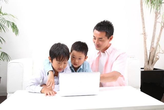 パソコンで調べるお父さん