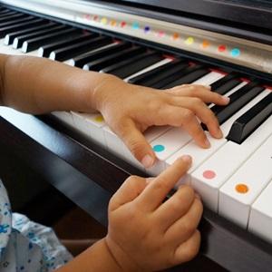 ピアノをする子供