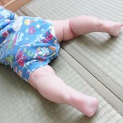 畳の上で寝転ぶ赤ちゃん