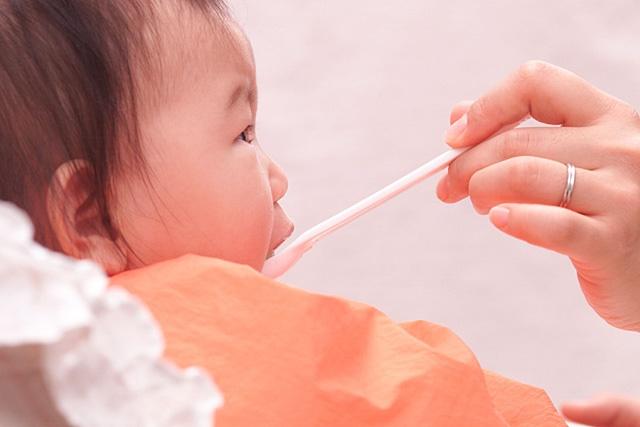 離乳食を食べる赤ちゃん
