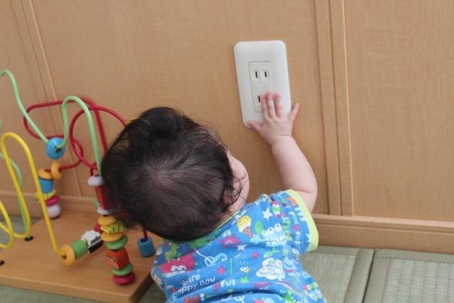 コンセントを触る赤ちゃん