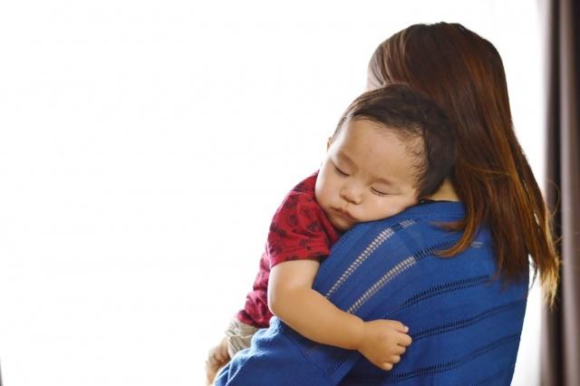 抱かれている赤ちゃん