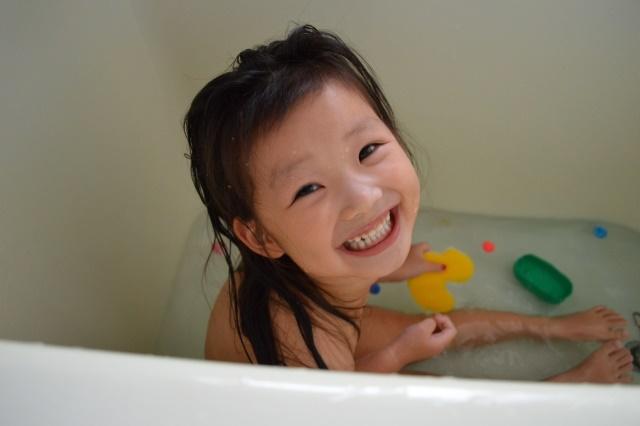 お風呂に入る女の子