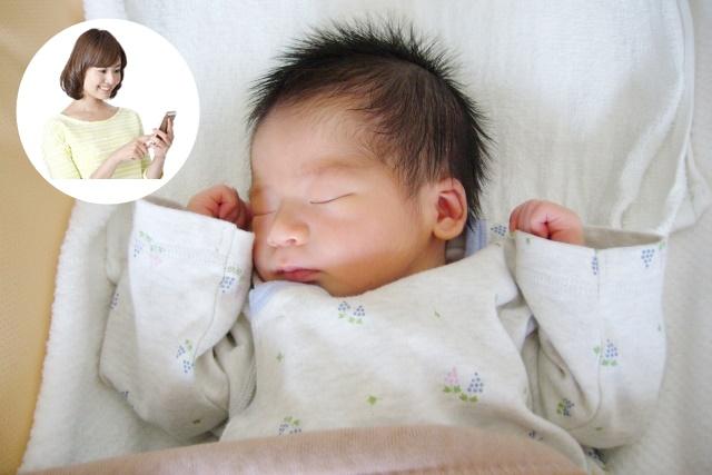 寝ている赤ちゃんを見ているママ