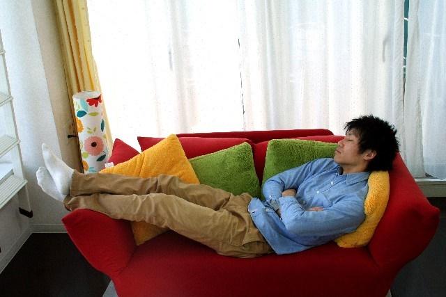 ソファーで寝ているお父さん