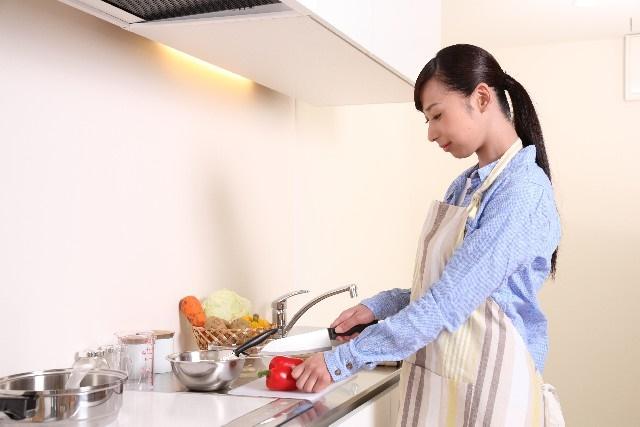 料理をするお母さん