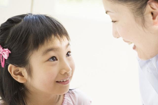 お母さんと会話する女の子
