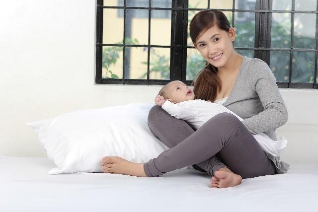 赤ちゃんをあやしているお母さん