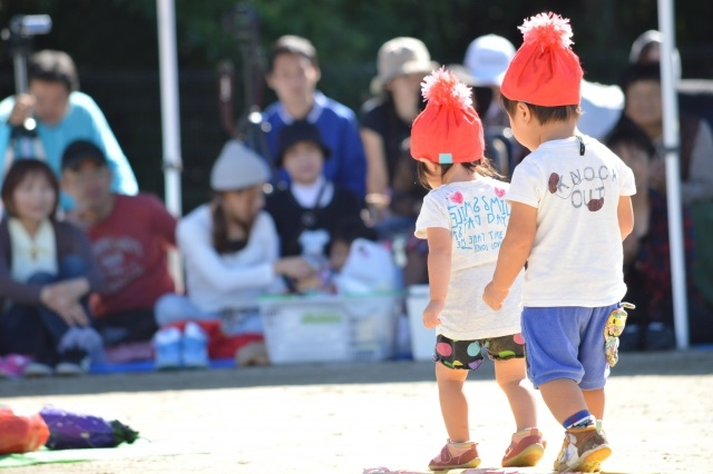 運動会で歩く幼児