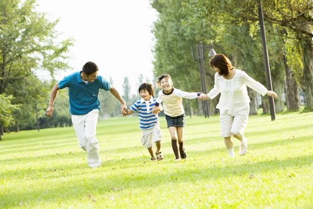 親子が公園で遊ぶ様子