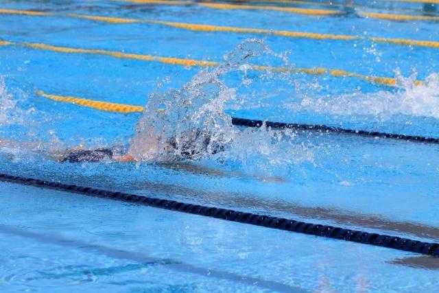 水泳をするダウン症児