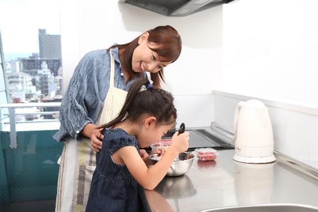 ママと子供が料理している様子