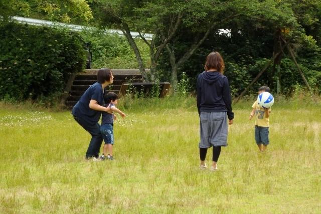 ボールで遊ぶ5歳児