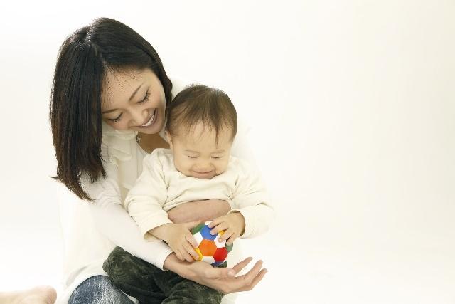 手遊びをする赤ちゃんとお母さん