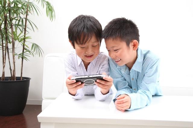 ゲームをしている子供