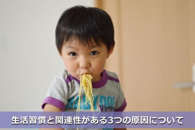パスタを食べる男の子
