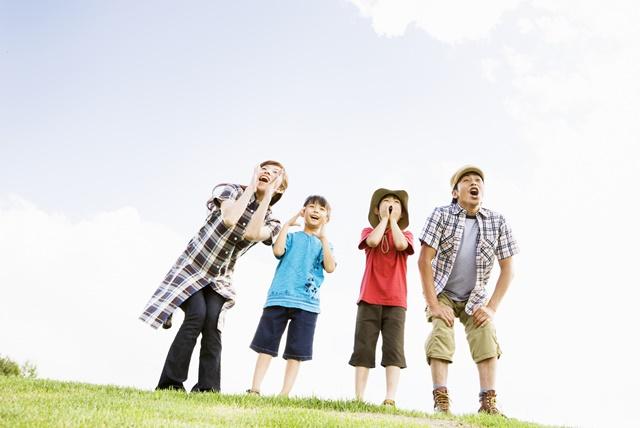 歌っている4人家族