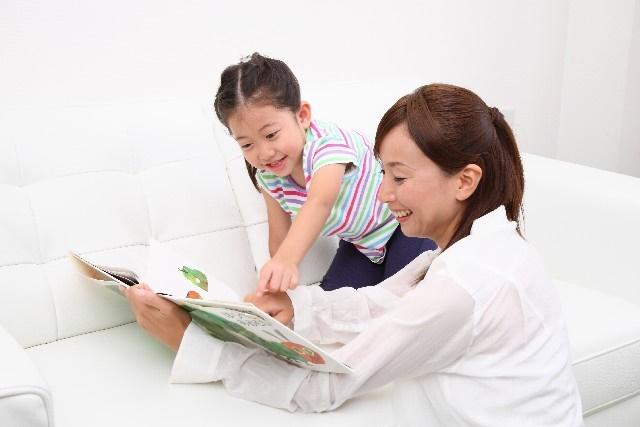 絵本を読むお母さん