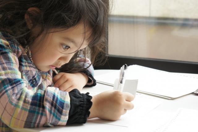 集中して勉強している子供