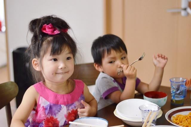 ご飯を食べている女の子