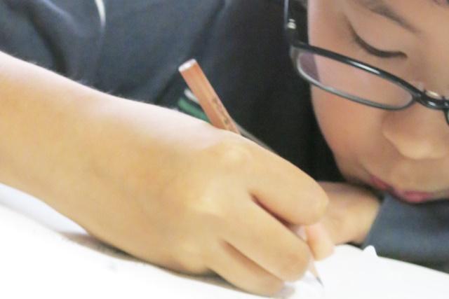 メガネをかけて勉強している男の子