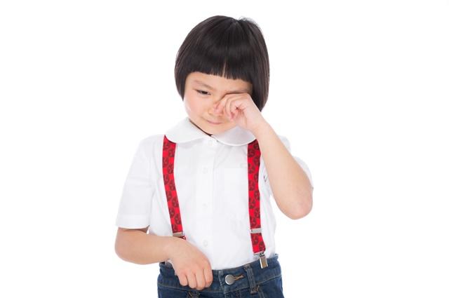 泣いている小学生