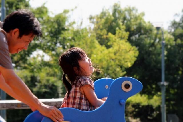公園で遊んでいる女の子