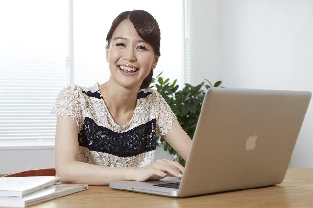 自宅でパソコンをする女性