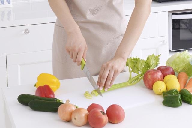 調理をつくっている女性