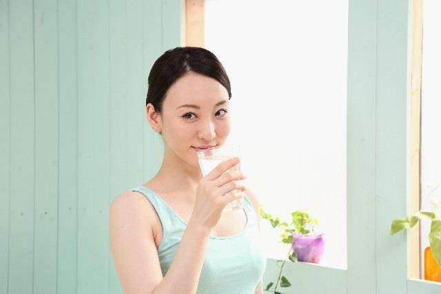 ミネラルウォーターを飲む女性