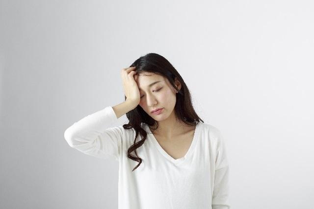 頭痛で苦しい女性