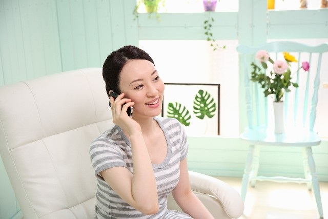 電話をしている妊婦さん