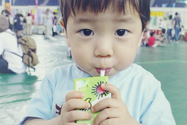 豆乳を飲む男の子
