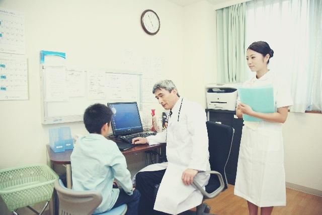 病院で診察をする子供