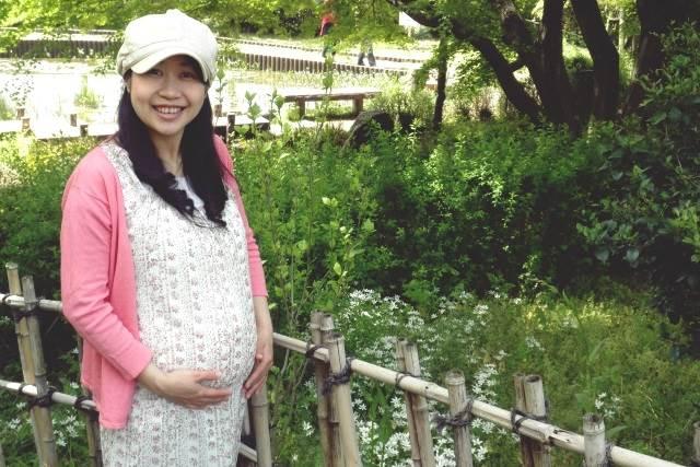 散歩をする妊婦さん