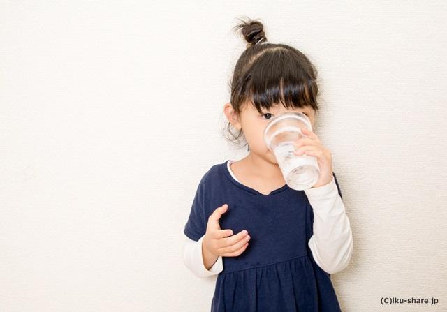 水分補給をする女の子