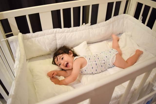 ベビーベッドで寝ている女の子
