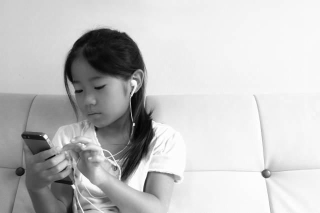 スマホで音楽を聴く女の子