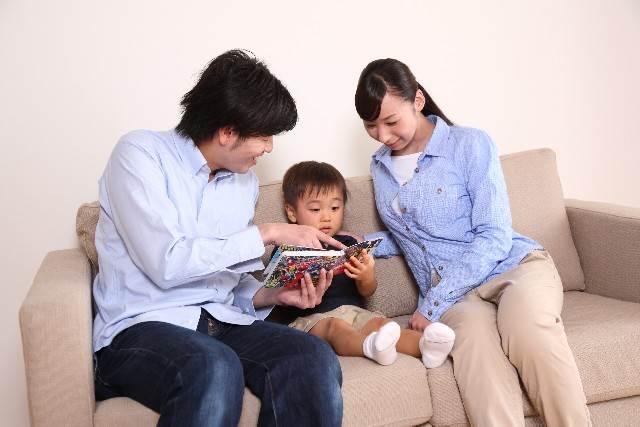 子供に絵本を読むお父さん