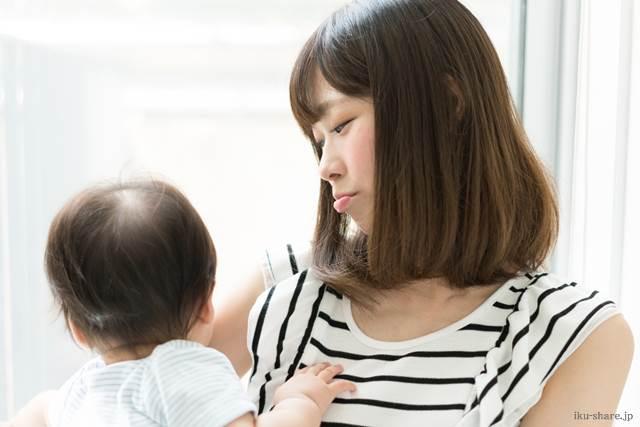 赤ちゃんを抱っこしているママ