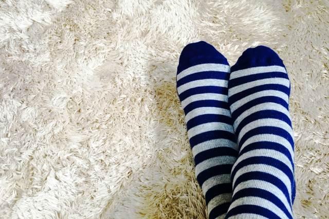 靴下を履いている女性