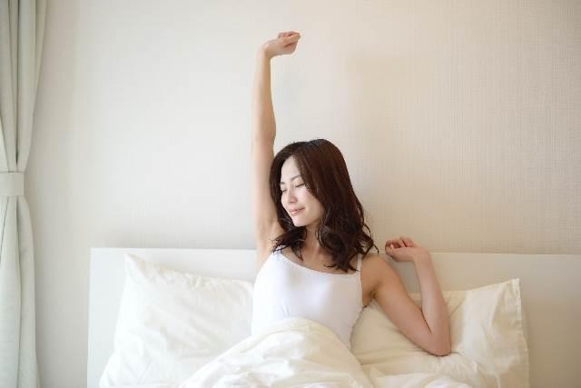 寝起きの女性